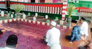 Rombongan PWNU Jatim saat  berada di pemakaman Pondok Pesantren Darul Ulum Rejoso Peterongan Jombang. (dok/s@if)