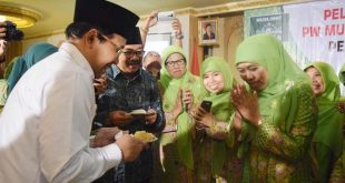 Ketua Umum PP Muslimat NU Khofifah Indar Parawansa bersama Halim Iskandr (Ketua DPRD Jatim) dan Soekarwo (Gubernur Jatim) usai pelantikan PW Muslimat NU Jawa Timur di Hotel Utami, Sidoarjo, Ahad (22/5/2016).