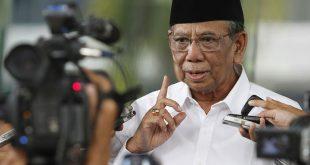 Tokoh agama K.H. Hasyim Muzadi menjawab pertanyaan wartawan usai menemui pimnpinan KPK di Gedung KPK, Jakarta, Jumat (7/6). Mantan Ketua Umum PB Nahdlatul Ulama (NU) tersebut meminta KPK melakukan investigasi dalam penggunaan uang di pemilukada di sejumlah daerah, khususnya Pemilukada Jawa Timur. ANTARA FOTO/Widodo S. Jusuf/Koz/pd/13.