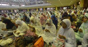 """Dzikir Nasional: Jamaah mendengarkan ceramah Mama Dedeh dalam acara """"Dzikir Nasional"""" di Masjid At-Tin, Jakarta, Selasa (31/12). Dzikir Nasional kali ini bertemakan """"Menuju Indonesia yang Lebih Baik."""