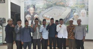 Jajaran pengurus baru PW Sarbumusi NU Jatim ditemui Ketua PWNU Jatim KH Moh Hasan Mutawakkil Alallah, saat berkunjung ke kantor PWNU Jatim, Selasa (27/2/2018).