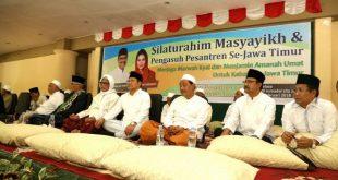 SATU BARISAN: Para Kiai Pondok Pesantren dan para Masyayikh bertemu di Pesantren Lirboyo Kediri.
