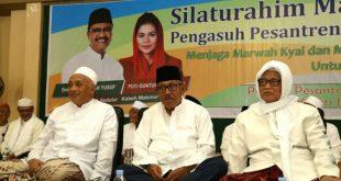 DUKUNG: H Imam Utomo, mantan Gubernur Jawa Timur, memberikan dukungan pada barisan para kiai di Lirboyo