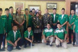 Walikota Surabaya Tri Rismaharini berpose bersama dengan GP Ansor Surabaya usai acara.