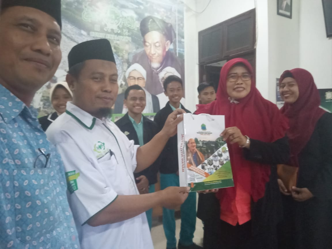 Serahkan Bantuan, Siswa SMP/SMA Progresif Bumi Shalawat pun Peduli Lombok