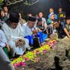 Kiai Marzuki dan Gus Muwafik Antar Pemakaman Alfa Isnaeni